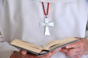 Une vie de prière - Notre congrégation a pour vocation la louange, la prière d'intercession et l'adoration du Saint Sacrement.