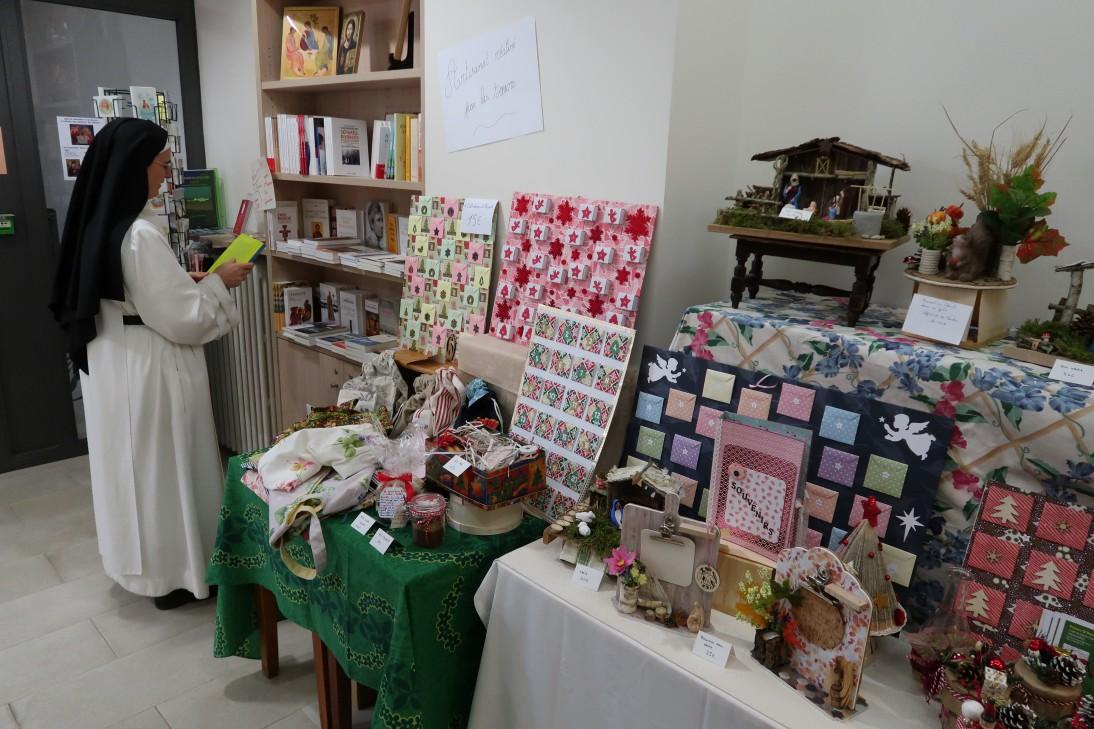 Vente de Noël - pour nous aider, préparez vos cadeaux de noël au Prieuré Saint-Benoît (carte de voeux, crèche et santons, confitures...)
